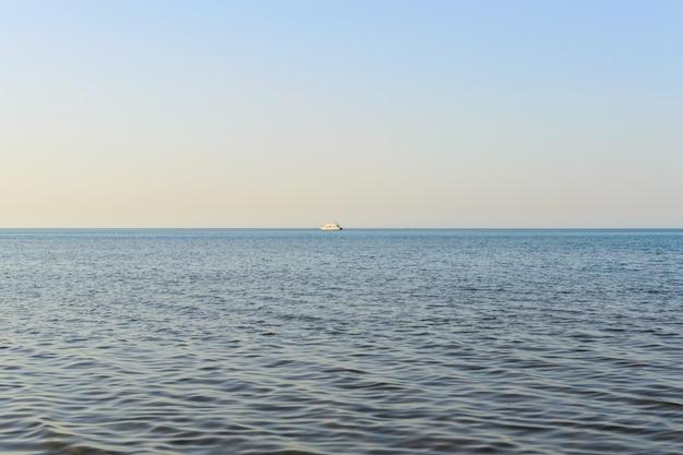 Nave en el horizonte del mar por la noche