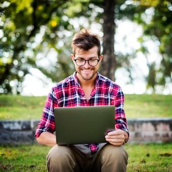 Navegación del ordenador portátil del hombre que busca concepto social de la tecnología del establecimiento de una red