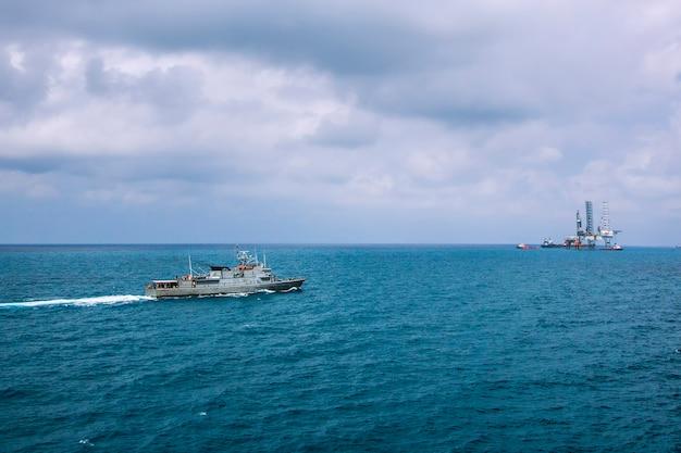 Naves militares de la armada en una vista de la bahía del mar desde helicóptero