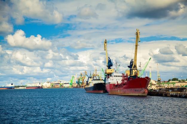 Naves en el puerto de klaipeda