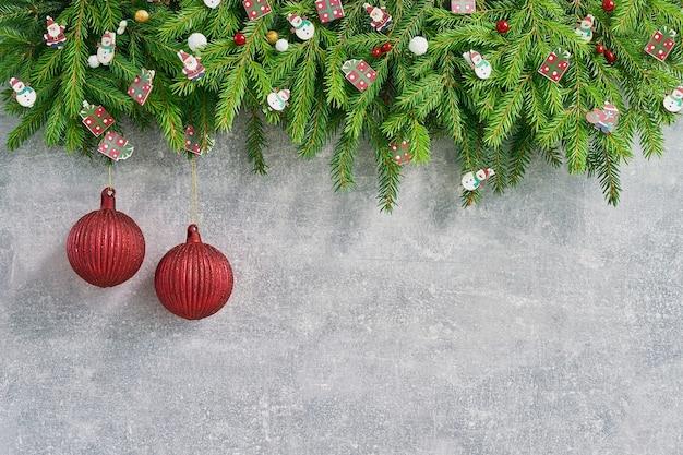 Navidad. abeto de navidad con decoración en gris.