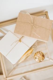 Navidad, año nuevo con cajas de regalo artesanales y bolas navideñas doradas.