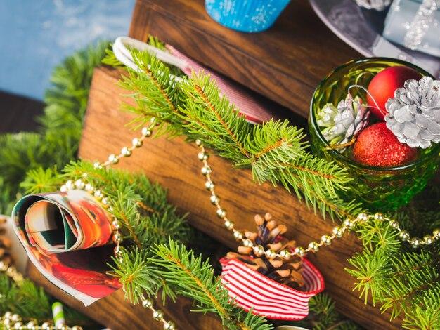Navidad año nuevo decoraciones naturaleza muerta en madera oscura.