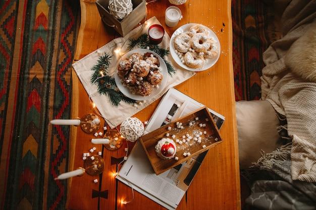 Navidad año nuevo decorado cupcakes en una mesa