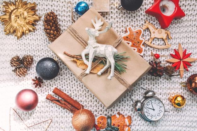 Navidad y año nuevo fondo de vacaciones y papel tapiz. juguetes de decoración navideña sobre un fondo gris claro