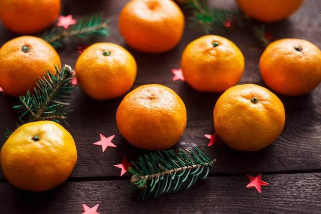 Navidad año nuevo con mandarinas. invierno inmóvil. enfoque selectivo copyspace