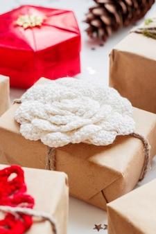 Navidad y año nuevo con regalos y decoraciones.