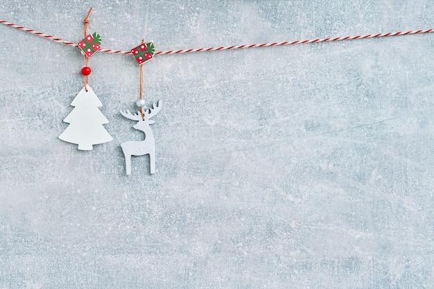 Navidad. árbol de navidad decorativo de madera y ciervos en gris.