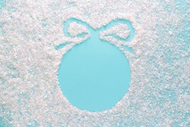 Navidad azul con plantilla de bola en superficie de brillo. diseño elegante de vacaciones con copyspace, vista superior plana