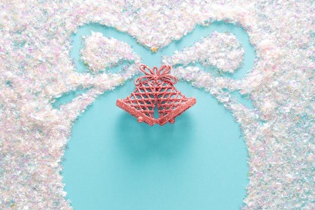 Navidad azul con plantilla de bola en superficie de brillo. vacaciones elegantes con copyspace, vista superior plana