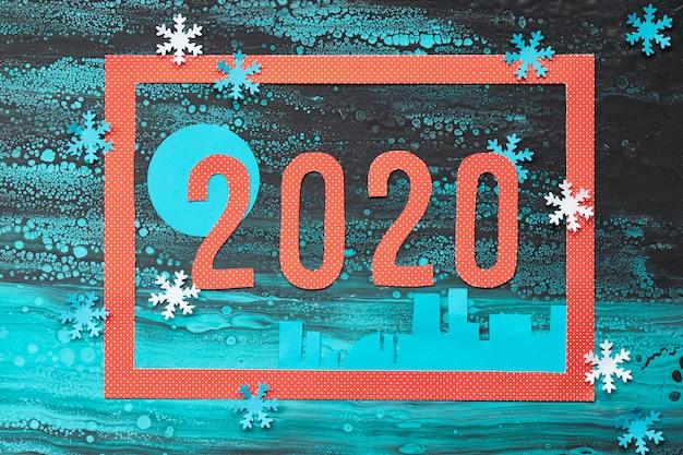 Navidad en azul, rojo y negro, vista superior en marco rojo y número 2020 en invierno abstracto con copos de nieve
