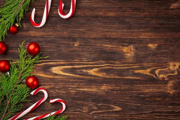 Navidad con bastón de caramelo en el escritorio de madera decorada