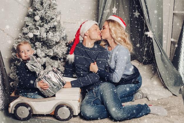 Navidad en casa retrato de una familia feliz