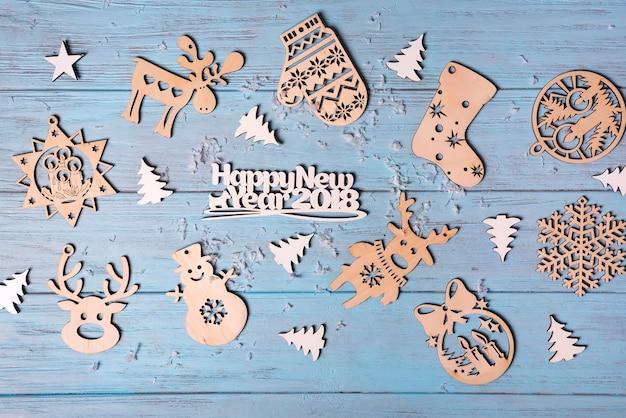 Navidad colgando juguetes de madera y feliz navidad