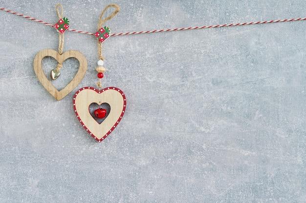 Navidad. corazones de navidad en gris.
