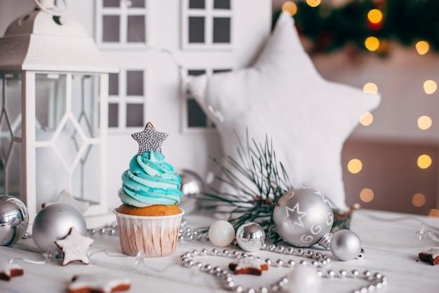 Navidad deliciosos pastelitos decorados con una estrella plateada.