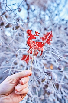 Navidad escandinava decorativos accesorios de ciervos de madera en mano