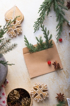 Navidad festiva tarjeta de felicitación de invierno con bastón, bola, dulces, sobre fondo blanco.