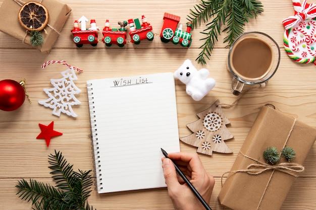 Navidad para hacer maqueta de lista sobre fondo de madera
