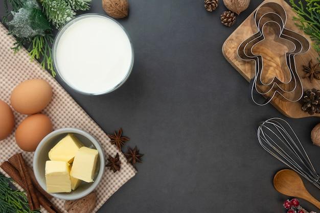 Navidad para hornear de fondo. leche, mantequilla, canela, utensilios de cocina.