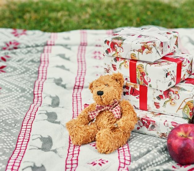 Navidad en julio decoración y árbol en la naturaleza en el parque