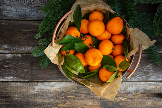 Navidad mandarina vintage cobre cuenco y ramas de abeto. vista superior, horizontal