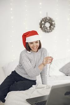 Navidad online. celebración de navidad año nuevo en cuarentena de coronavirus de encierro. fiesta en línea