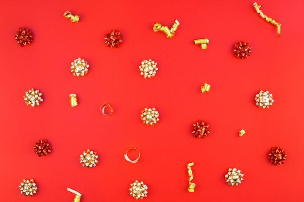 Navidad patrón dorado sobre fondo rojo.