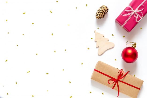 Navidad plana con cajas de regalo y adornos navideños