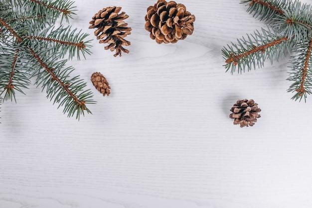 Navidad plana pone sobre fondo de madera