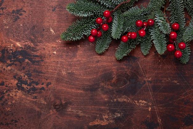 Navidad con ramas de abeto y acebo.