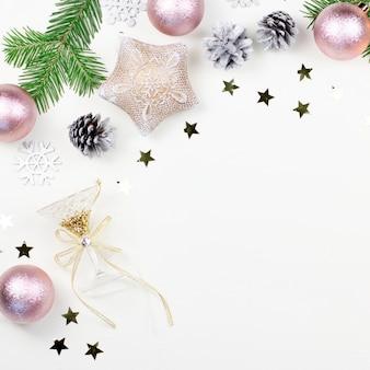 Navidad con ramas de abeto, adornos rosas y plateados