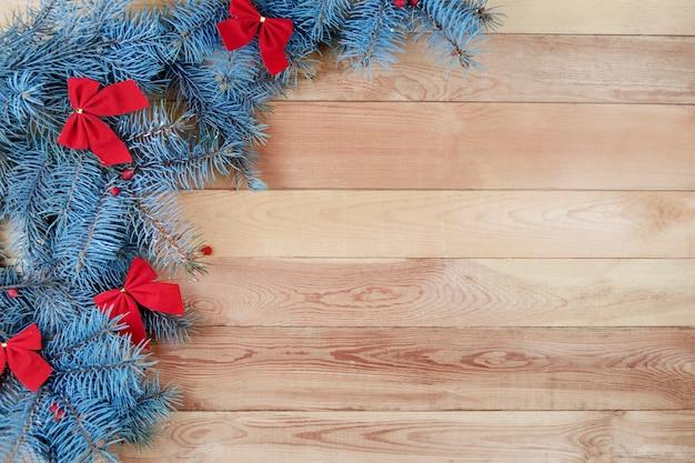 Navidad con ramas de abeto y lazo rojo.