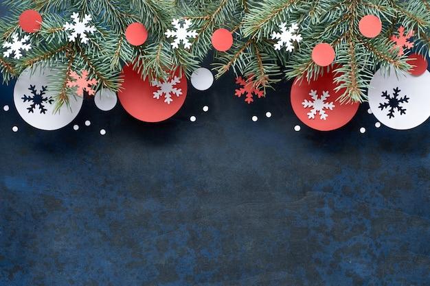 Navidad con ramitas de abeto, decoraciones de papel rojo y blanco