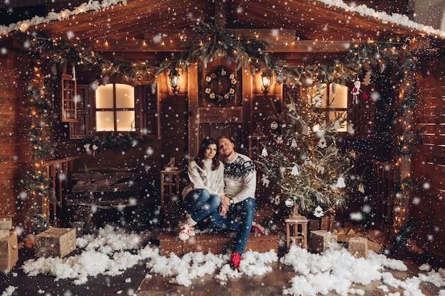 Navidad retrato de una joven pareja