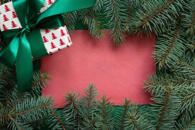Navidad roja en blanco con ramas evegreen