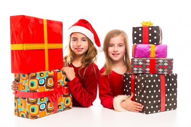 Navidad santa niño niñas con muchos regalos apilados