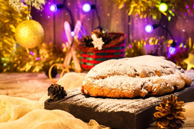 Navidad stollen sobre fondo festivo.