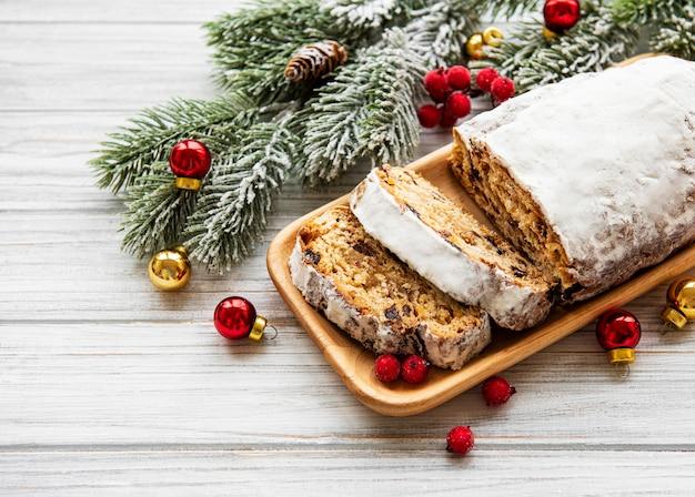 Navidad stollen sobre fondo de madera
