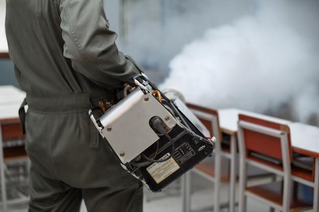 Nebulización para eliminar mosquitos en la habitación para prevenir la propagación del dengue.