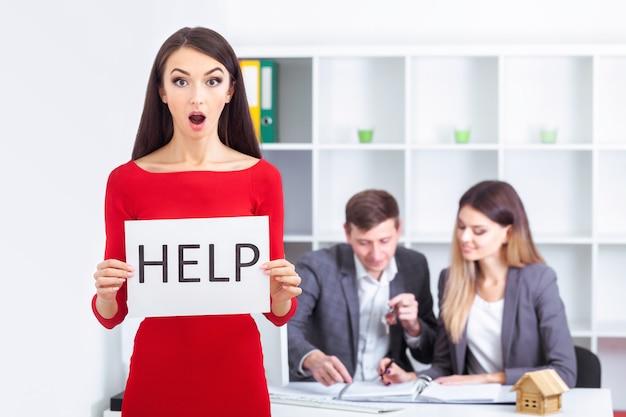 Necesitas ayuda la bella mujer de negocios en la oficina pregunta por la ayuda.