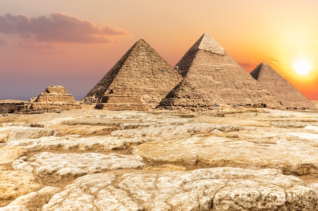 Necrópolis de giza, famosas pirámides en el desierto de egipto.