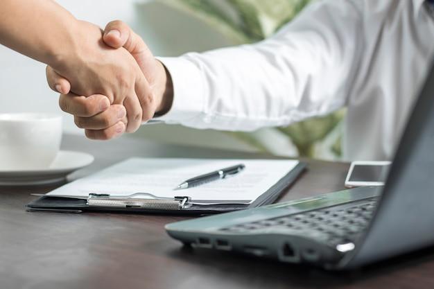 Negociaciones y concepto de éxito empresarial, hombres de negocios dándose la mano o apretón de manos en offic