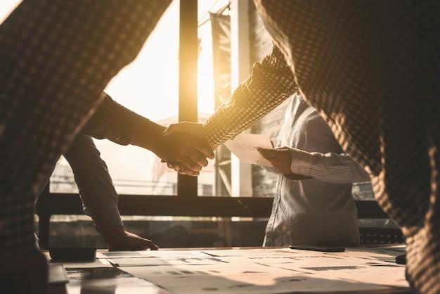 Negocio agitando las manos acuerdo personas de concepto de éxito.