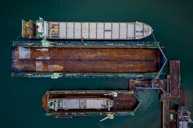 Negocio de astilleros y gran construcción naval en el mar en tailandia