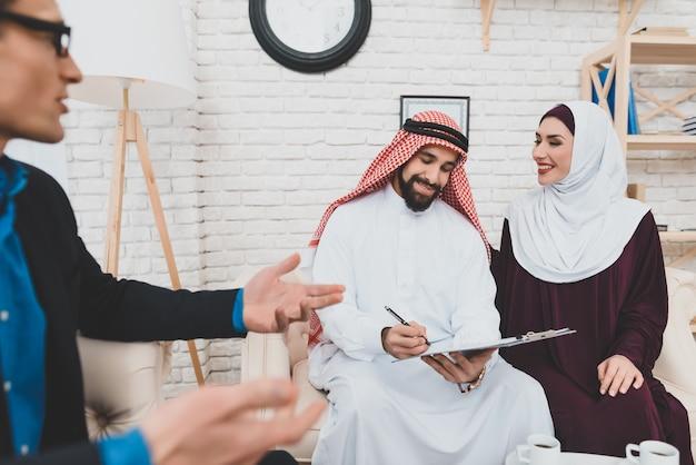 Negocio confiable los árabes compran un apartamento nuevo.