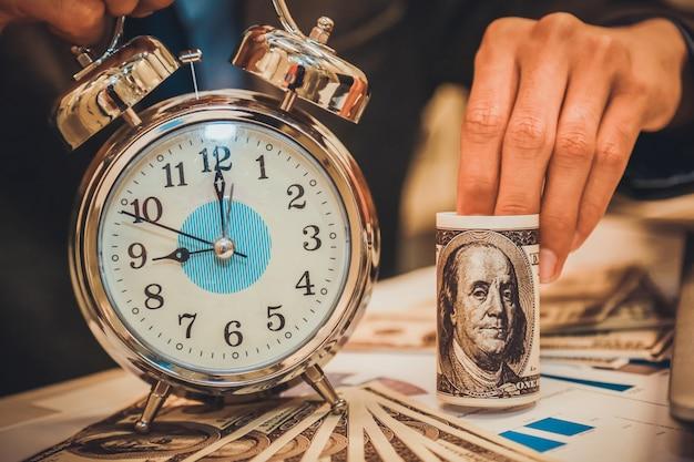 Negocio con dinero y reloj. el tiempo es dinero concepto.