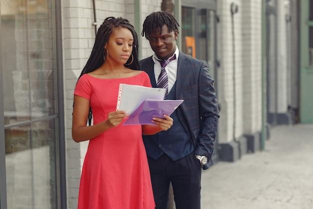Negocio elegante pareja negra
