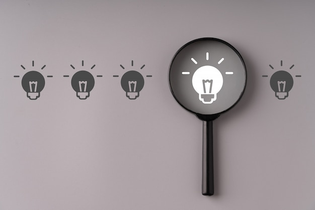 Negocio y estrategia para el concepto creativo y la idea con lupa