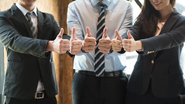 Negocio exitoso en trabajo en equipo y voluntariado, la gente golpea a bump juntos.
